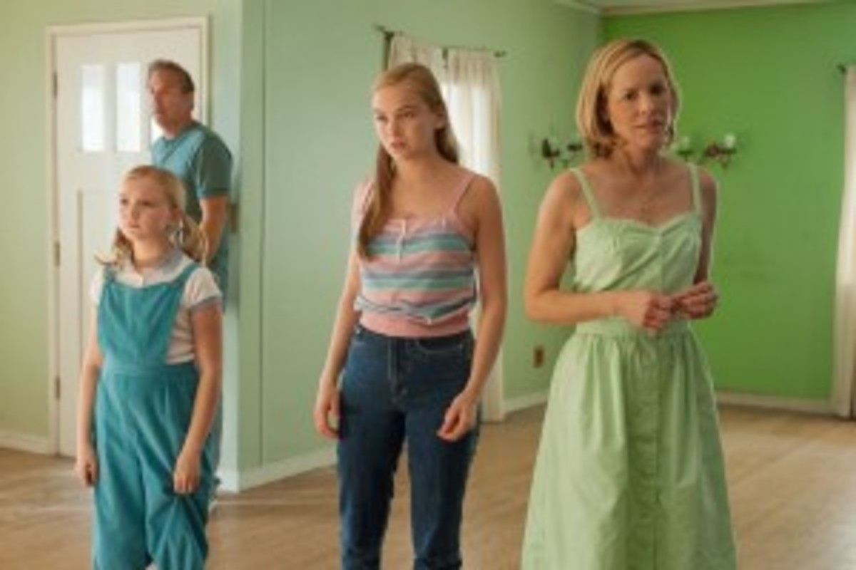 Coach White and his family (Elsie Fisher, Morgan Saylor and Maria Bello) contemplate their strange new home. Their desire to escape from McFarland is established early in the film and figures prominently in the third act.