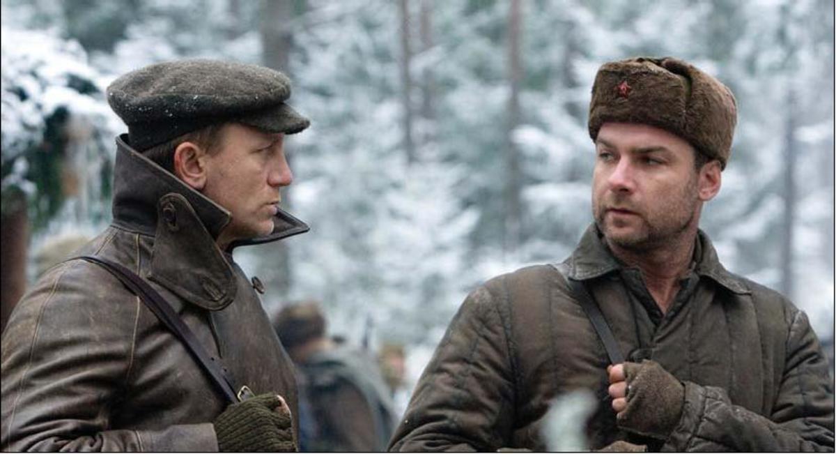 Daniel Craig as Tuvia Bielski with Liev Schreiber as Zus Bielski