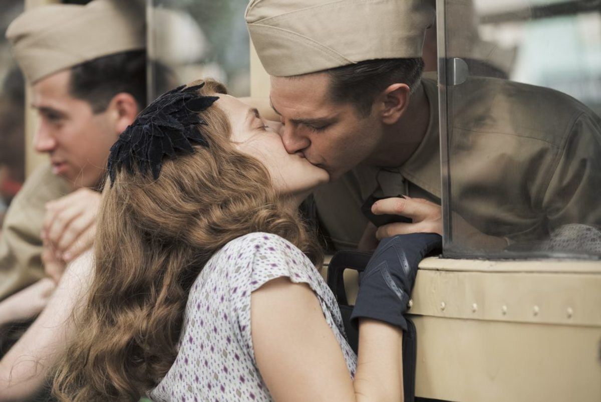 Dorothy Schutte (Teresa Palmer) and Desmond Doss (Andrew Garfield) in HACKSAW RIDGE. Photo Credit: Mark Rogers